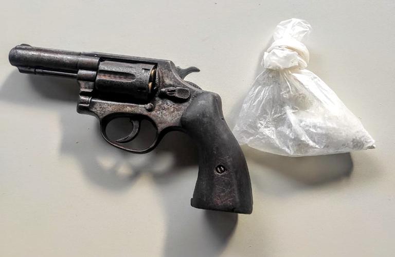 Revólver calibre 38 e uma porção de cocaína