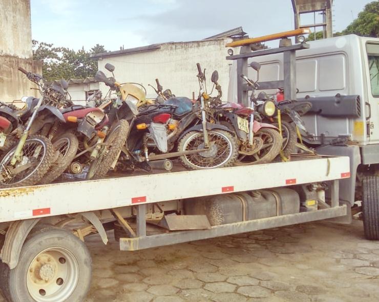 Veículos são retirada do pátio da delegacia de Itamaraju